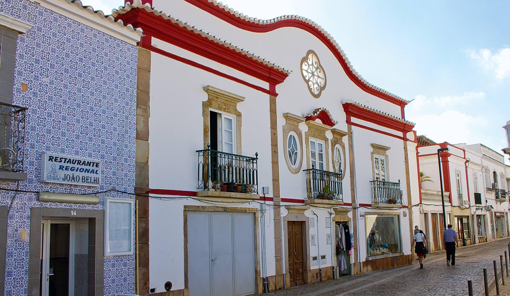 Taviras Gassen und typische Häuserfronten mit den Azulejo-Kacheln