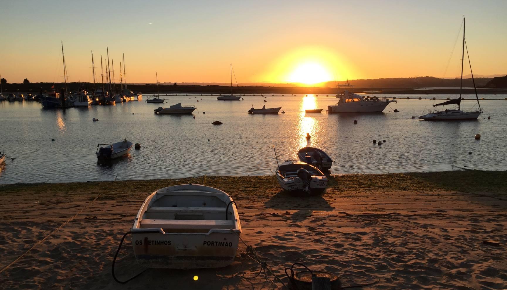 Sonnenuntergang über dem Fischerhafen von Avor