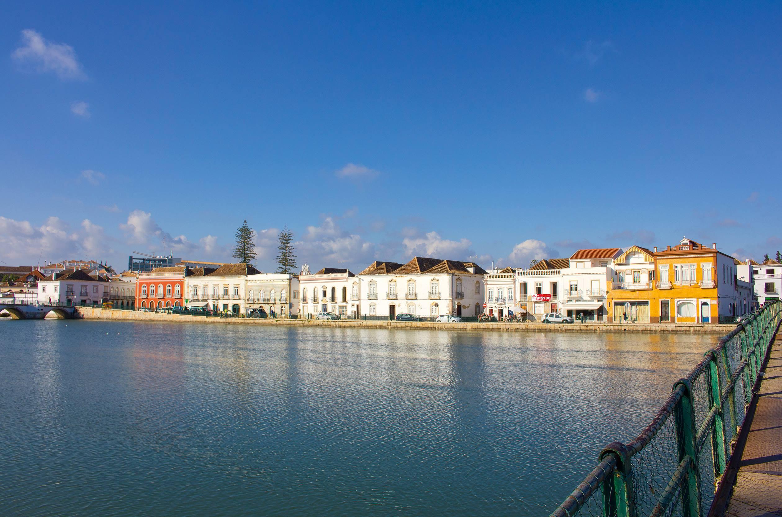 Taviras bunte Häuserfronten am Fluss Gilão