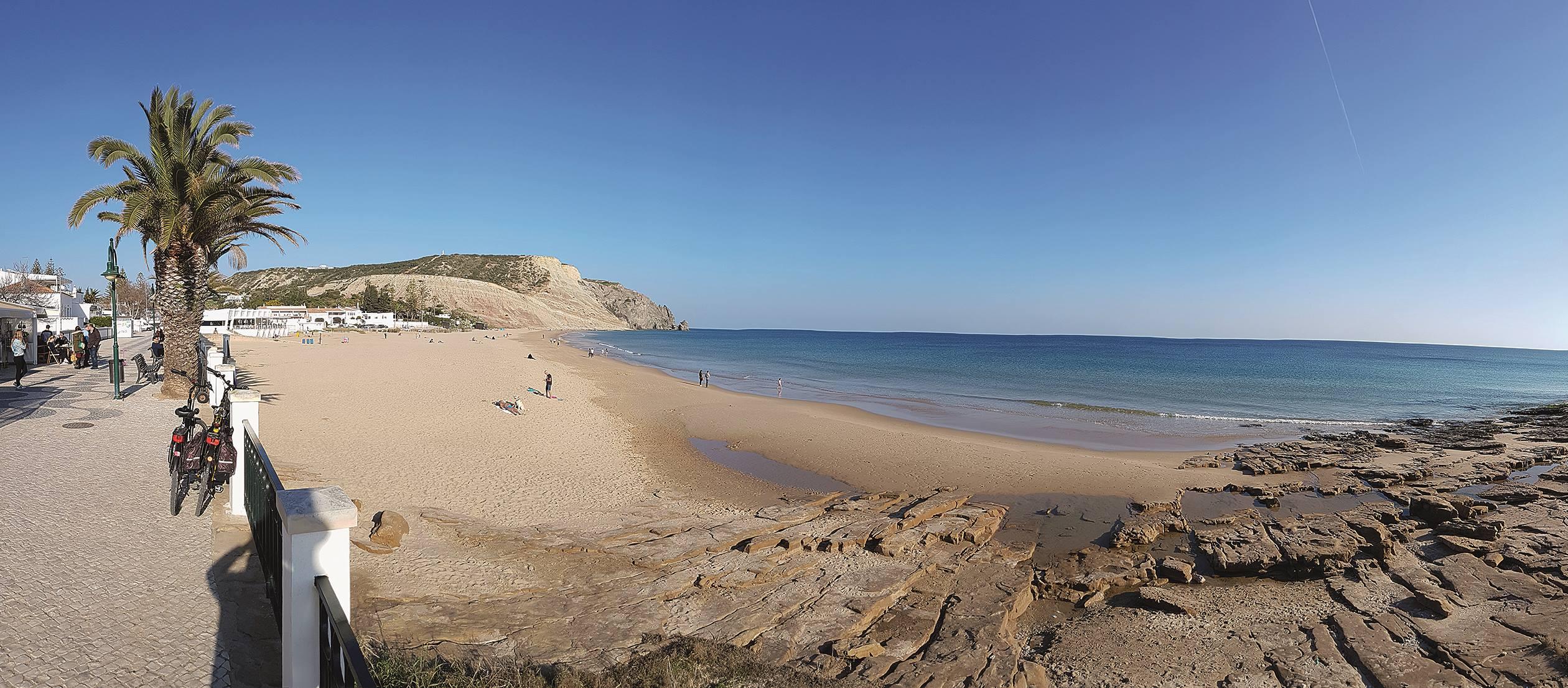 Blick auf die wunderschöne »Praia da Luz« mit Ihrer markanten Felsformation